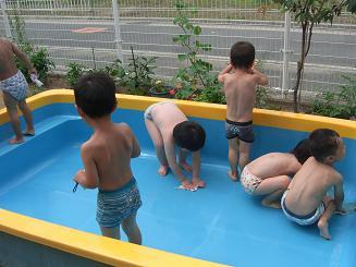 プール開きにむけて、プールの掃除をしたよ。_c0197584_13331631.jpg