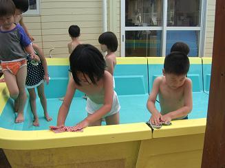 プール開きにむけて、プールの掃除をしたよ。_c0197584_13351283.jpg