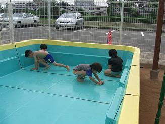 プール開きにむけて、プールの掃除をしたよ。_c0197584_1336677.jpg