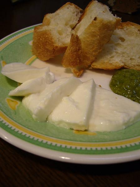 【今月のチーズ】 20周年記念スペシャルチーズはイタリアからモッツァレラ登場♪ #cafe_c0069047_0403577.jpg
