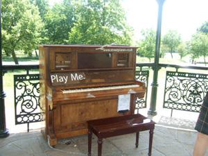 ロンドン中の道ばたにピアノが出現!!_e0030586_20253693.jpg