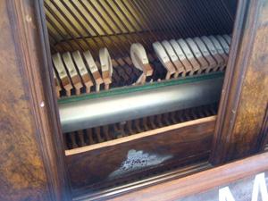 ロンドン中の道ばたにピアノが出現!!_e0030586_202614.jpg