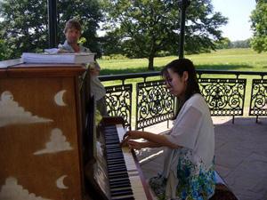 ロンドン中の道ばたにピアノが出現!!_e0030586_20262050.jpg