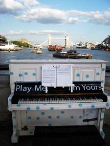ロンドン中の道ばたにピアノが出現!!_e0030586_20274072.jpg