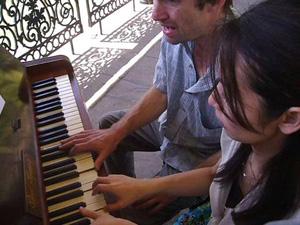 ロンドン中の道ばたにピアノが出現!!_e0030586_2027756.jpg