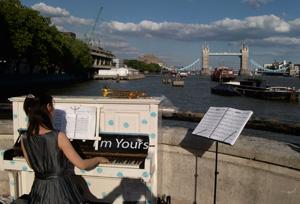 ロンドン中の道ばたにピアノが出現!!_e0030586_20281238.jpg