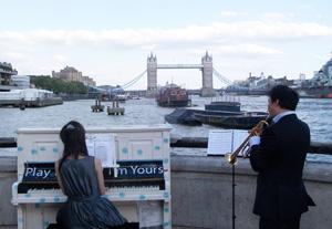 ロンドン中の道ばたにピアノが出現!!_e0030586_20284079.jpg