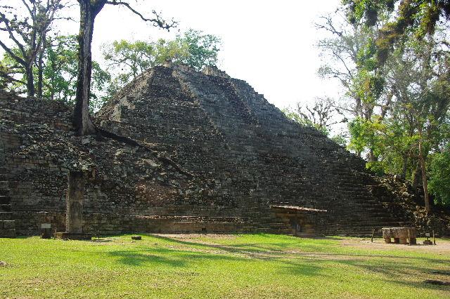 コパン遺跡 (3) 西広場 ② 16号神殿と祭壇Q_c0011649_648116.jpg