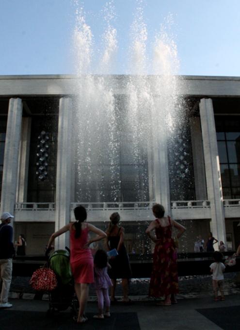 リンカーンセンターに巨大噴水が新登場!_b0007805_19524989.jpg