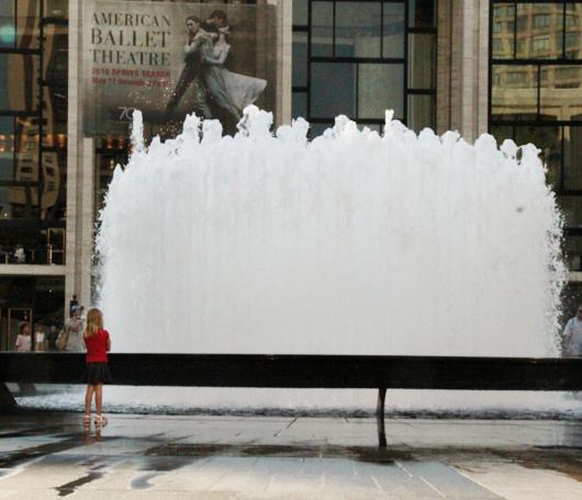 リンカーンセンターに巨大噴水が新登場!_b0007805_1952676.jpg