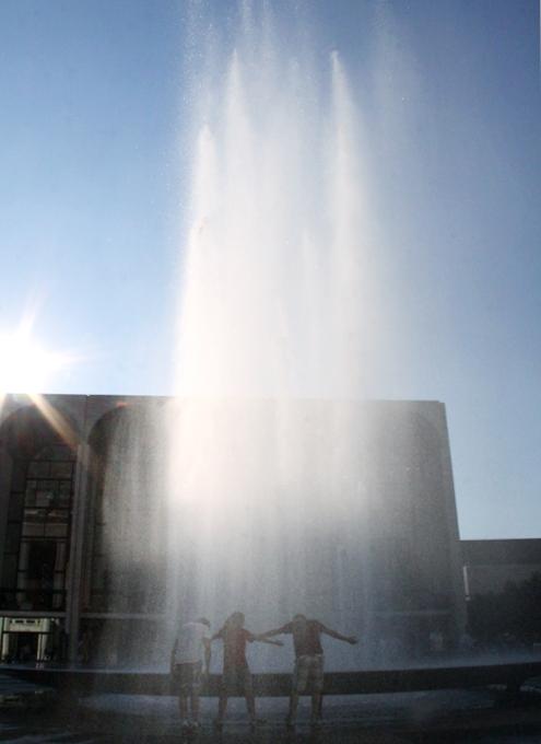 リンカーンセンターに巨大噴水が新登場!_b0007805_19532100.jpg
