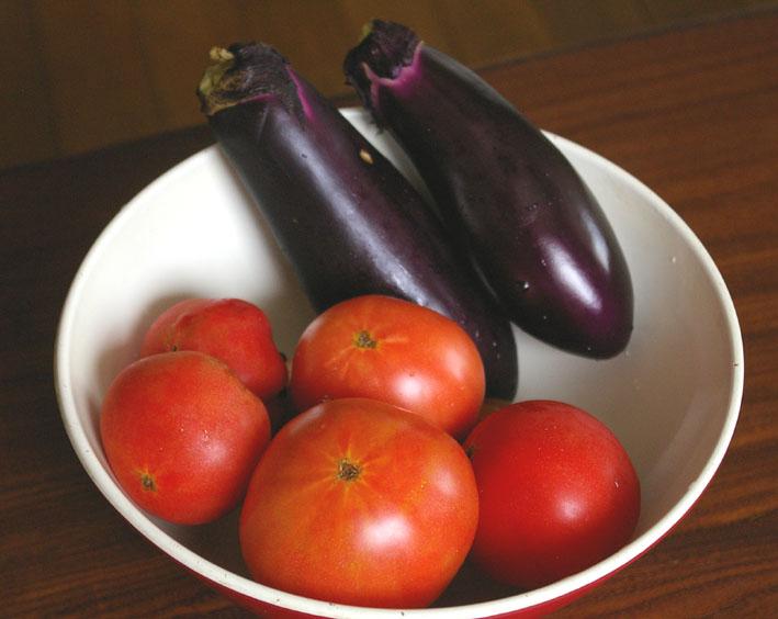 今年も裏庭でトマトが立派に成長、豚肉のカレー煮に_c0014967_12483433.jpg