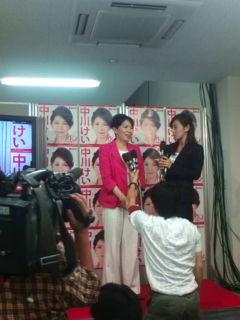 中川圭さん、笑顔でインタビュー[参院選・広島]_e0094315_23164824.jpg
