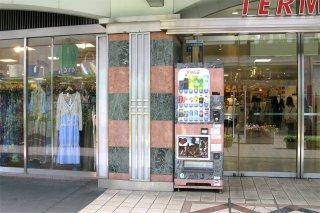 錦糸町駅ビルテルミナ2前の擬態飲料自動販売機_a0003909_23574246.jpg