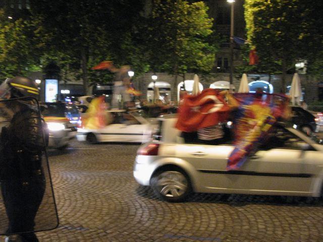 スペインが初優勝!シャンゼリーゼはこうなる!(凱旋門ーパリ)_f0119071_1712012.jpg