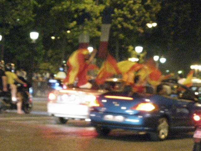 スペインが初優勝!シャンゼリーゼはこうなる!(凱旋門ーパリ)_f0119071_1721299.jpg