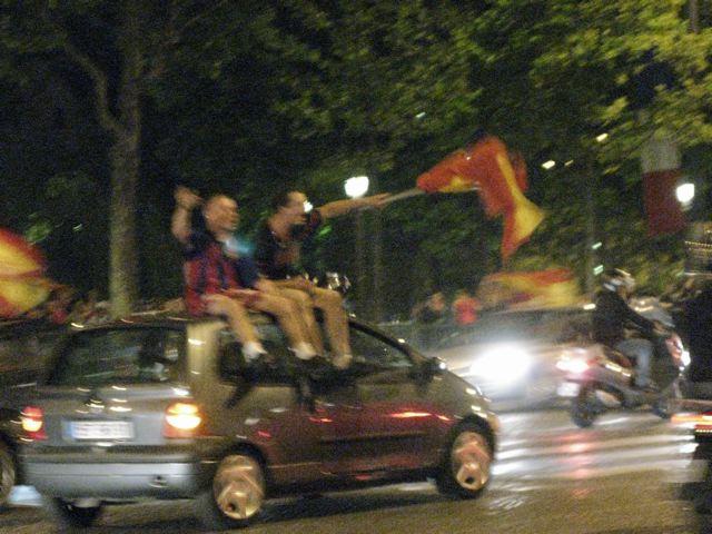 スペインが初優勝!シャンゼリーゼはこうなる!(凱旋門ーパリ)_f0119071_17222396.jpg