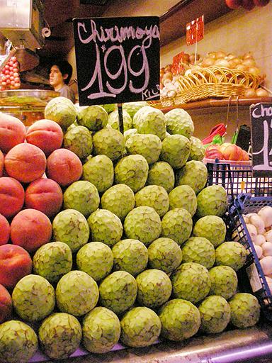 スペイン・バルセロナの市場に並ぶチェリモヤ
