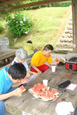 施設間交流でバーベキュー&スイカ割り_a0154110_1584581.jpg