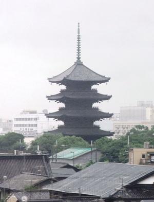 車窓から東寺_c0019551_1171489.jpg
