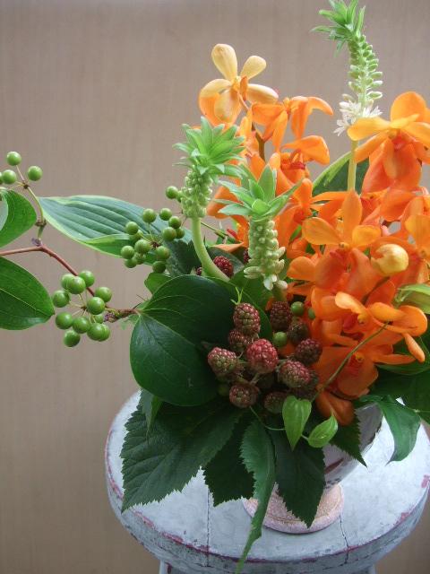 オークリーフ(モカラ・スモールオレンジとパイナップルリリーのアレンジメント)_f0049672_1545569.jpg