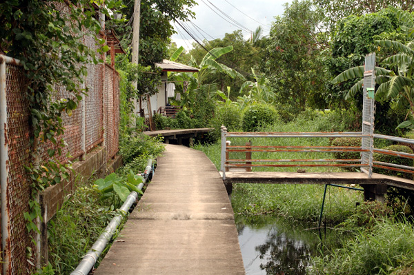 バンコク散歩・運河沿い編(3)_b0131470_8532416.jpg