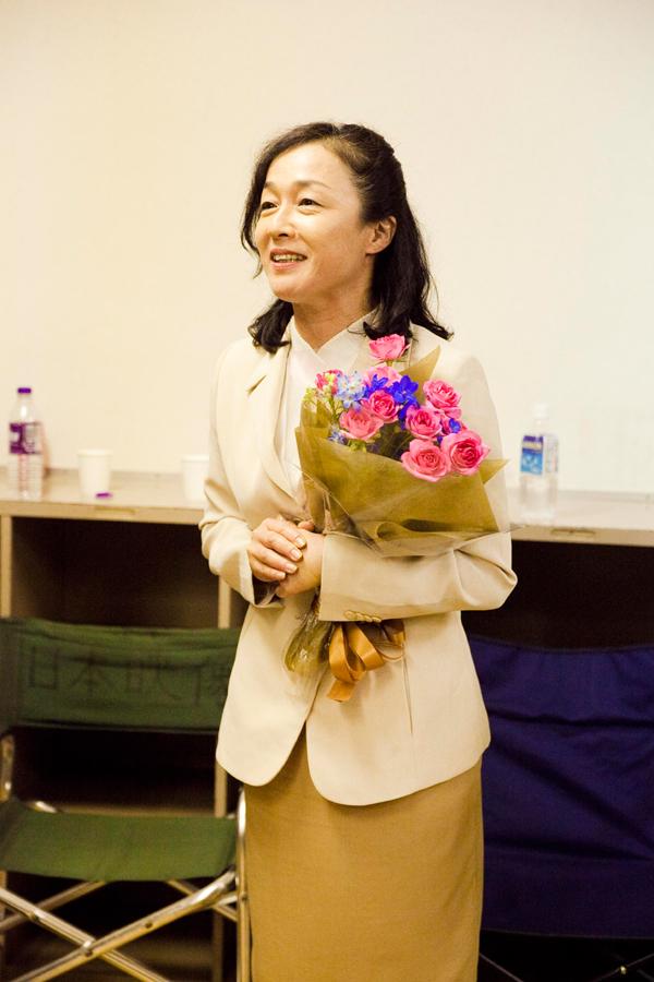 白いジャケットを着て花束を持っているキムラ緑子の画像