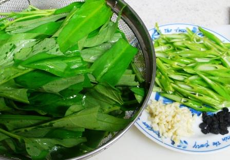 手軽な中国家常菜②――「空芯菜の炒め」   _f0138875_10124510.jpg