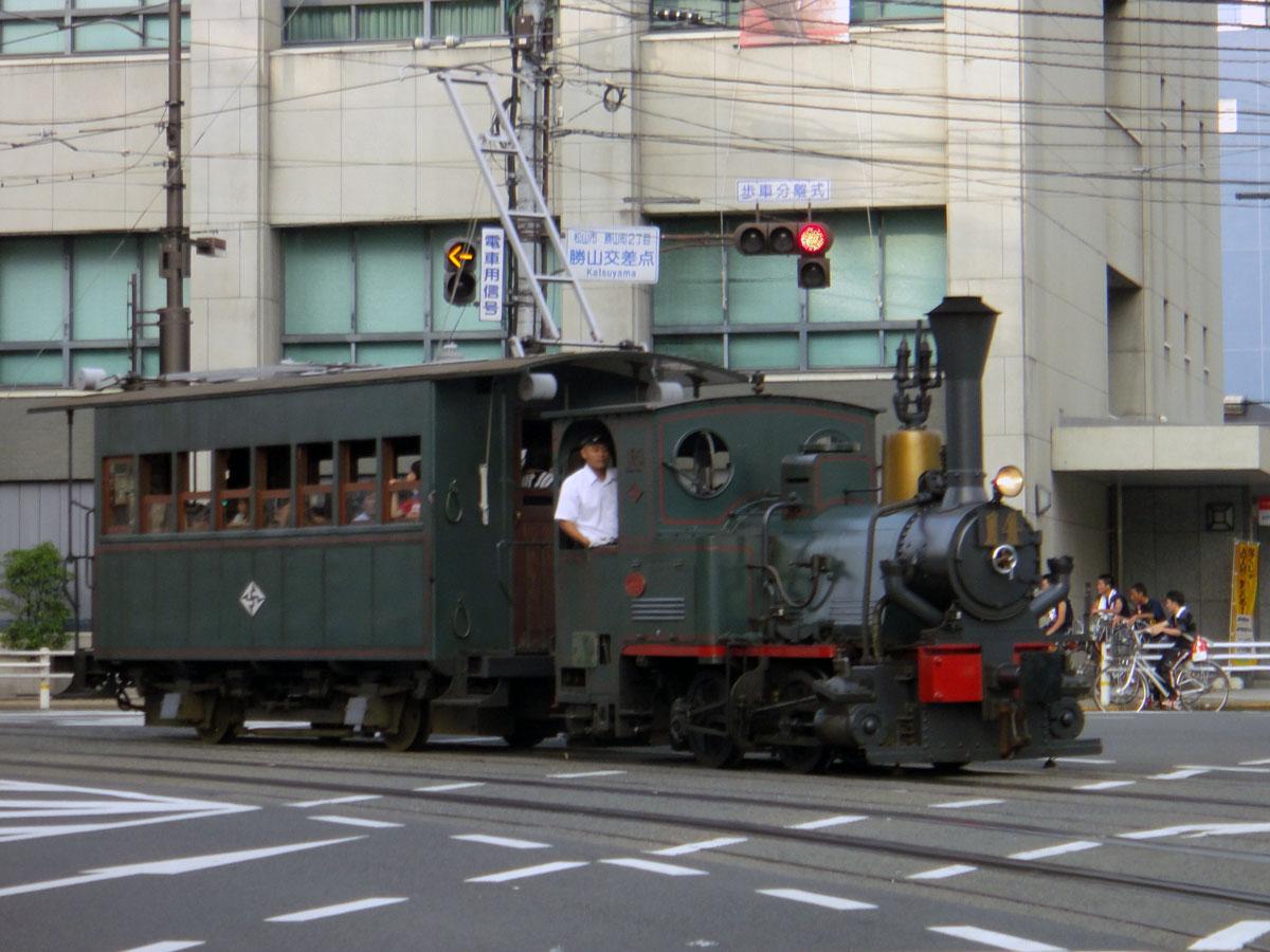 今日も暑かった。信号待ちしていると、市内電車が走ってきたので、思わずシャ... 市内電車・郊外電