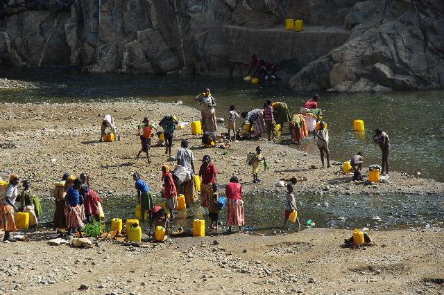 エチオピア(25) 水を汲み、水を運ぶ、コンソ族の女たち_c0011649_23261583.jpg