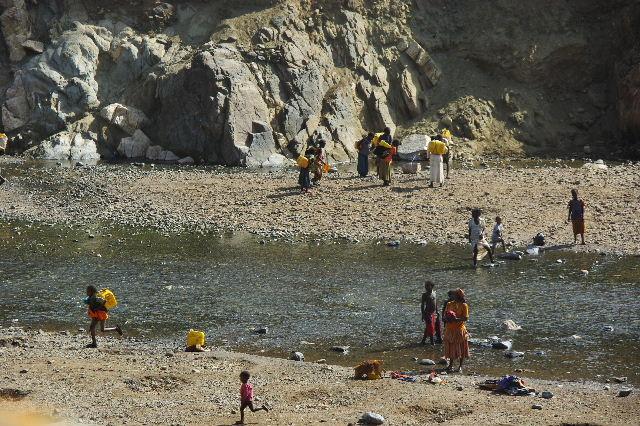 エチオピア(25) 水を汲み、水を運ぶ、コンソ族の女たち_c0011649_2328426.jpg