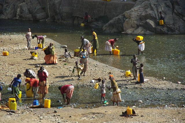 エチオピア(25) 水を汲み、水を運ぶ、コンソ族の女たち_c0011649_2329242.jpg