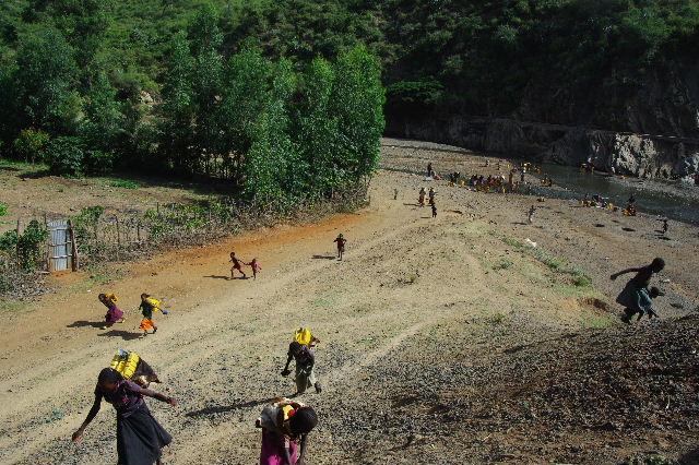 エチオピア(25) 水を汲み、水を運ぶ、コンソ族の女たち_c0011649_23301327.jpg