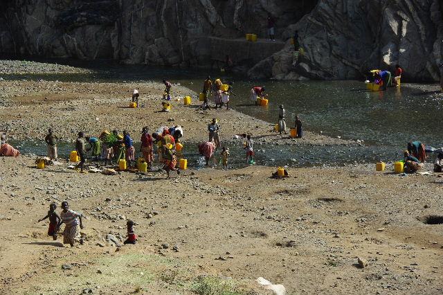 エチオピア(25) 水を汲み、水を運ぶ、コンソ族の女たち_c0011649_23313481.jpg