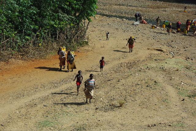 エチオピア(25) 水を汲み、水を運ぶ、コンソ族の女たち_c0011649_23332030.jpg
