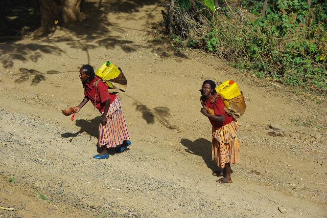 エチオピア(25) 水を汲み、水を運ぶ、コンソ族の女たち_c0011649_23342515.jpg