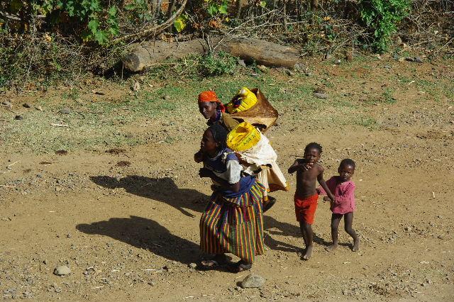 エチオピア(25) 水を汲み、水を運ぶ、コンソ族の女たち_c0011649_23352510.jpg