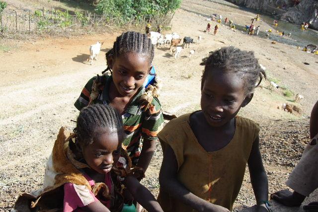 エチオピア(25) 水を汲み、水を運ぶ、コンソ族の女たち_c0011649_2336369.jpg