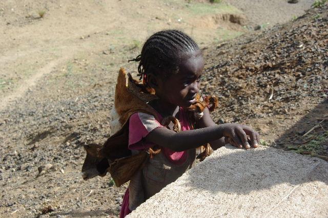 エチオピア(25) 水を汲み、水を運ぶ、コンソ族の女たち_c0011649_2336672.jpg