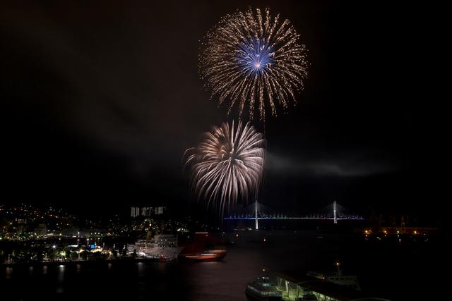 鶴の港の夜を照らす花_e0102255_2133219.jpg
