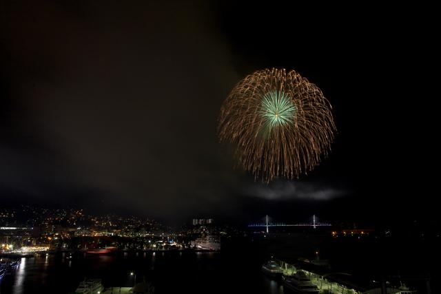 鶴の港の夜を照らす花_e0102255_2135142.jpg