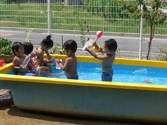 毎日 プールあそびを楽しんでいます。_c0197584_11131825.jpg