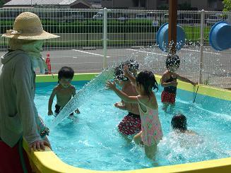 毎日 プールあそびを楽しんでいます。_c0197584_11185517.jpg