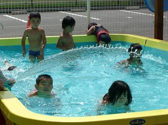 毎日 プールあそびを楽しんでいます。_c0197584_1119914.jpg