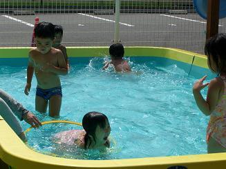 毎日 プールあそびを楽しんでいます。_c0197584_11202294.jpg