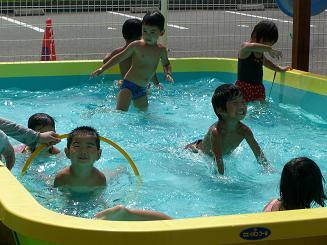 毎日 プールあそびを楽しんでいます。_c0197584_11213138.jpg