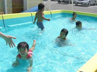 毎日 プールあそびを楽しんでいます。_c0197584_112174.jpg
