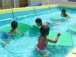 毎日 プールあそびを楽しんでいます。_c0197584_1123884.jpg