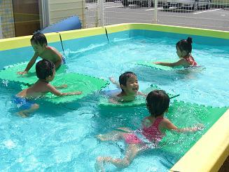 毎日 プールあそびを楽しんでいます。_c0197584_1125757.jpg