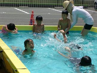 毎日 プールあそびを楽しんでいます。_c0197584_1129082.jpg
